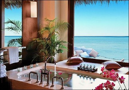 Natural-and-luxury-spa-bathtub-design-with-ocean-view